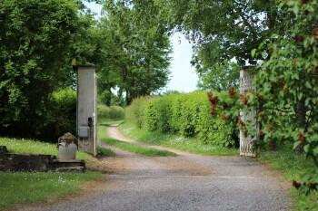 Le chemin d'accès et le portail d'entrée à Gondières