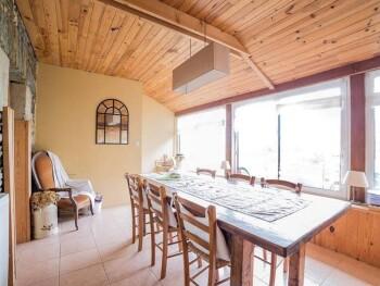 la salle des petits-déjeuners avec vue sur la campagne
