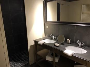 Salle de bain avec douche et wc de la chambre golf