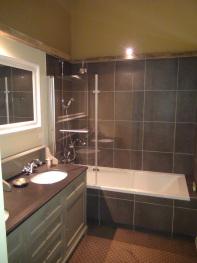 Salle de bain avec double vasque, bain-douche et wc chambre chasse à tir