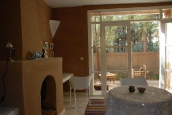 salon avec cheminée de la suite jardin