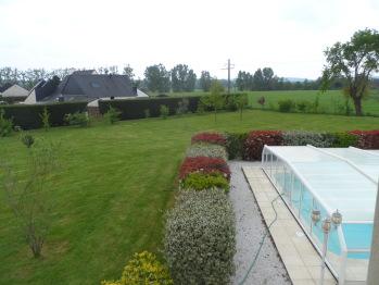 Vue sur le jardin et sur la piscine