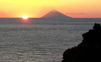 Stromboli Abendstimmung Sonnenuntergang © Ferienwohnung Casa Belle Vacanze
