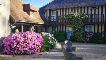 terrasses et jardin fleuris et arborés