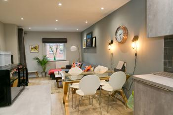 Contemporary warehouse apartment in Central Cardiff - Stylish and comfortable living space with balcony access