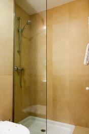Hotel Miera baño con plato de ducha