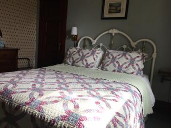 Room 06, Queen Bed-Double room-Shared Bathroom-Comfort - Base Rate