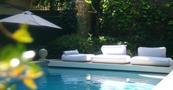 La piscine chauffée au bout du jardin