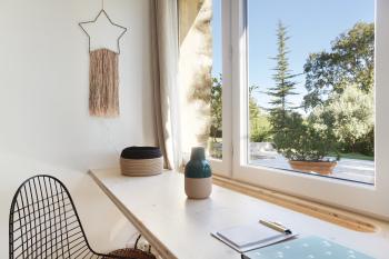 Bureau dans la chambre avec vue sur le jardin