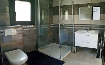 Salle de douche moderne et WC suspendu