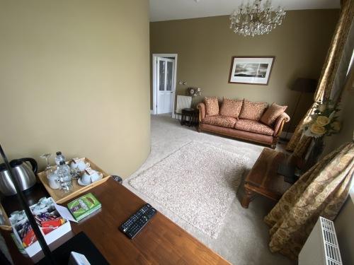 Rm 9 - Lounge Suite (Jacuzzi En-suite) - Sea View