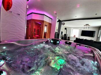 spa et sauna vue sur salon.