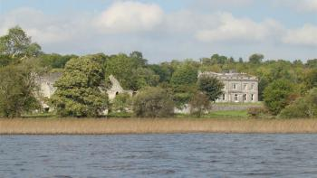 Temple House - Take a rowing boat on the lake
