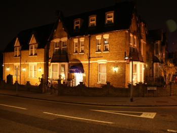 Kirkdale Hotel - Hotel at night