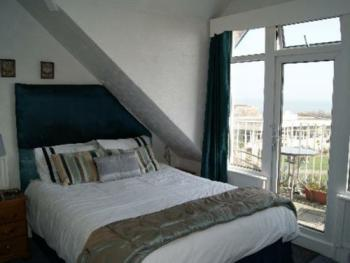 Double room en-suite sea view and balcony 2nd floor