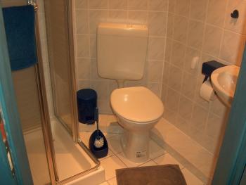 Das 2. Mini-Bad mit Dusche und WC im Eingangsbereich ist auch ideal, wenn man sich beim Aufenthalt im Garten mal schnell die Nase pudern möchte