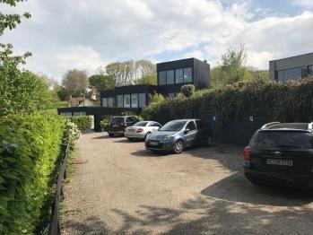 Le parking privé à l'entrée de la Villa.