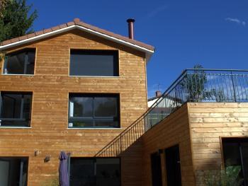 Vue de la maison depuis le jardin avec la suite au 1er étage