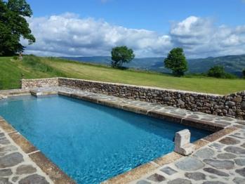 Piscine, vue sur les monts d'Ardèche