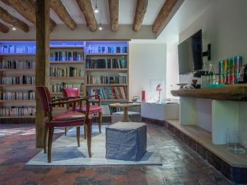 La bibliothèque et son coin café en libre service
