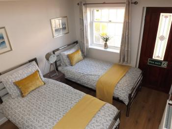 Cornflower Cottage 1 - Twin Bedroom with En-Suite