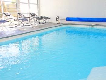 La piscine intérieure chauffée (l'eau est à 30 °) est de 8 mètres sur 4 mètres; un Plaisir pour petits et grands