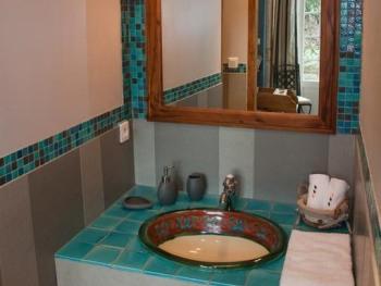 salle de bains chambre lits jumeaux