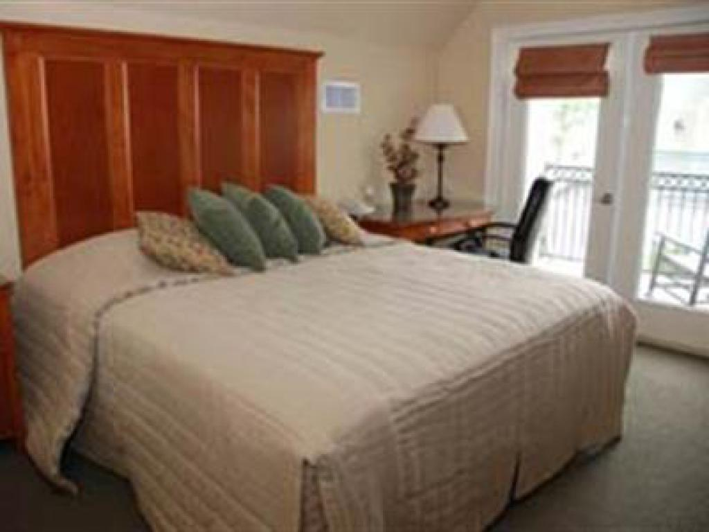 Carriage House 207, king bed, private bathroom, mini balcony