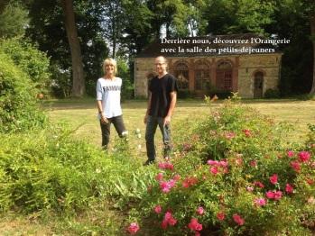 Martine et Pierre devant l'orangerie, la salle du petit déjeuner