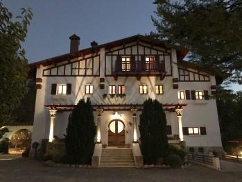 Maison principale côté cour, au crépuscule