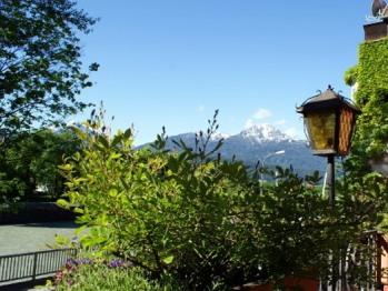 Aussicht von der Hotelterrasse auf den Fluss Inn und die Tiroler Bergwelt