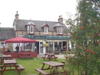 MacKenzies Highland Inn - summer in the beer garden