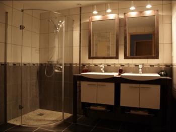 Salle d'eau avec douche à l'italienne et double meubles vasques