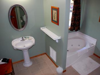 Long Mountain Suite bathroom / also has mobility shower