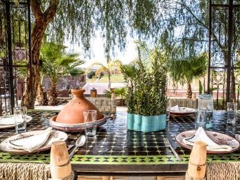 Déjeuner sur la terrasse de la piscine