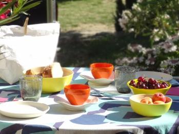 Petit-déjeuner servi en terrasse
