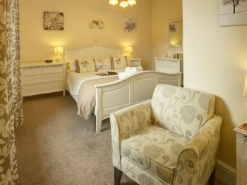 Ferndene Guest house - Room 5 - king size en-suite bedroom with seating area