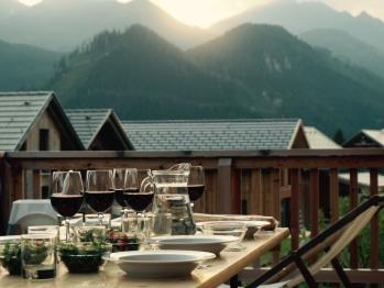 Terrasse mit Blick auf die Bergwelt