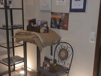 Infomaterial-Eingang zur Kaffeebar an der Rezeption