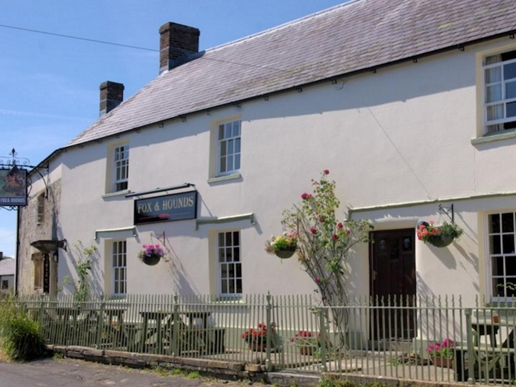 Front view of The Fox and Hounds, Cattistock
