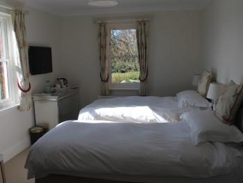 Twin room-Deluxe-Ensuite with Shower-Garden View - Base Rate