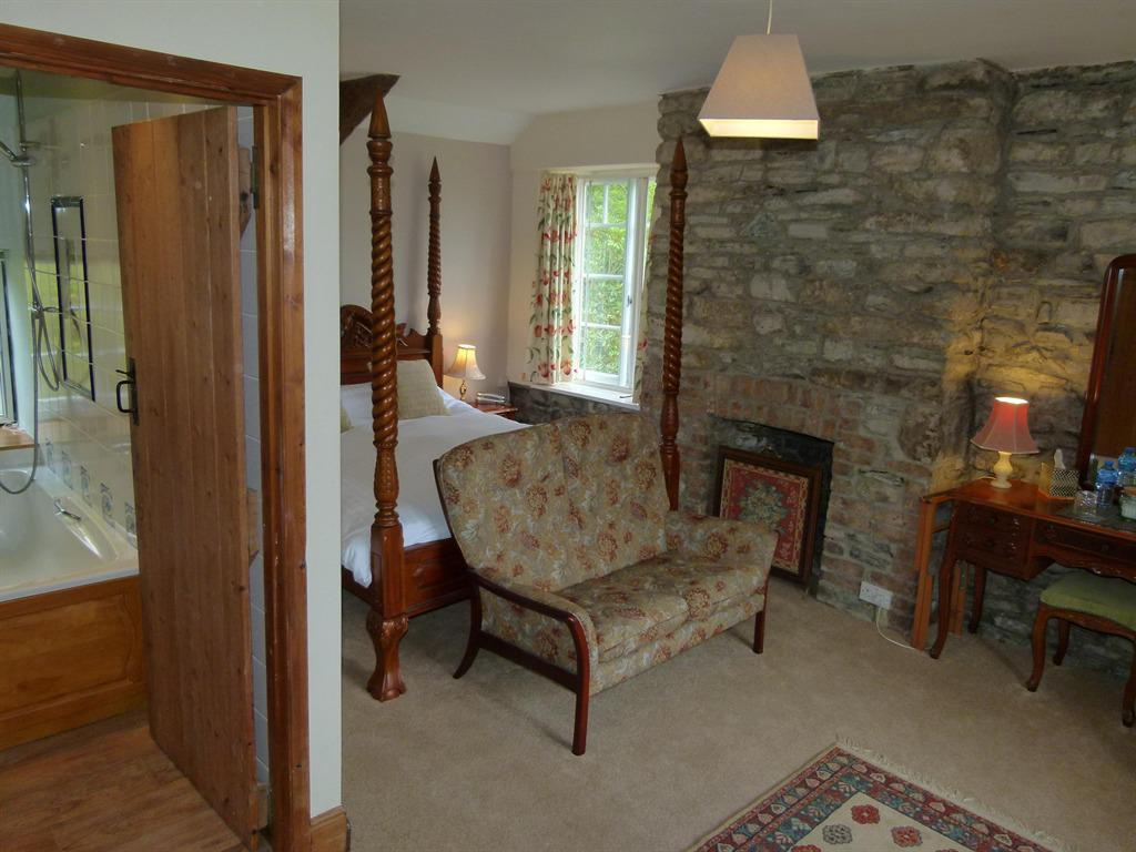 King-Ensuite with Bath-and Shower (Four Poster)
