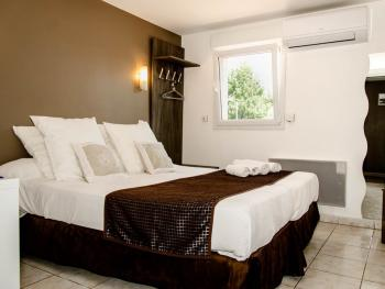 Double-Confort-Salle de bain et douche-Vue sur Rue-Conf - Double room-Comfort-Ensuite-Street View-Conf