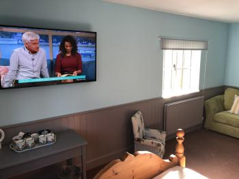 Room 12 Deluxe Family Room TV/Window View
