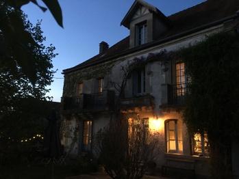 Facade de la maison au crépuscule