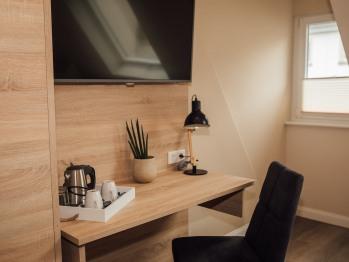 TV Wand mit Schreibtisch