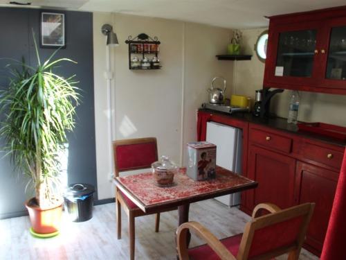 coin cuisine avec plaques chauffantes, bouilloire, cafetière électrique et vaisselle