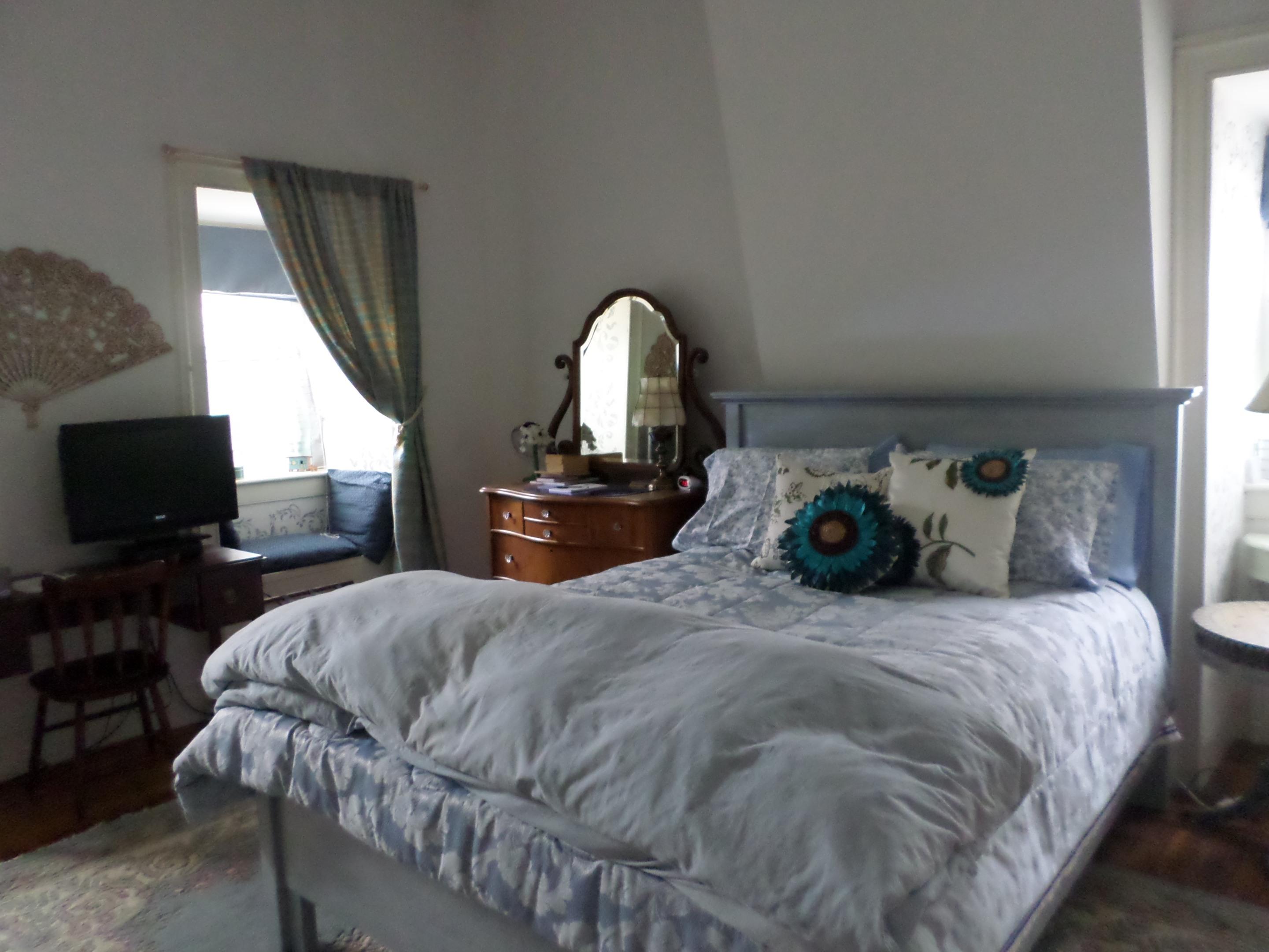 Blue Room-Triple room-Ensuite-Queen - Base Rate