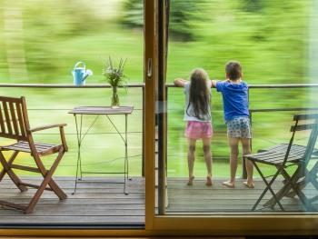 Enfants sur le balcon lors de la rotation du dôme