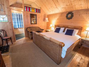 Superior King (or Twin) En-suite log cabin